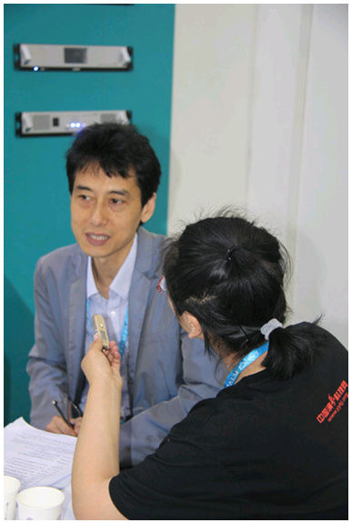 Mr. Wang Heng with reporter from China Entertainment Technology website
